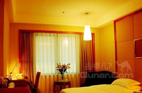 采用欧式风格,在灯光的映衬下显得豪华大气;客房也