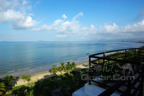 查看我的验证   这家家庭旅馆在三亚湾中段,下楼过马路就是海滩,可以