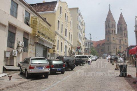 位处中山路,中山路是青岛的老商业中心,有很多德式的建筑,这家
