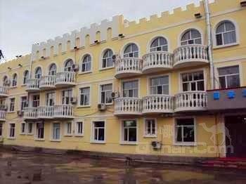 位于莫尔道嘎镇中心绿星广场对面路边,白鹿岛景区