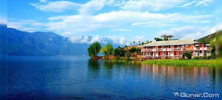   酒店印象 位于泸沽湖与草海交界处的洛洼半岛上.