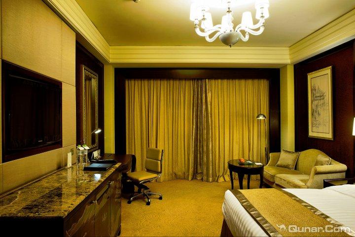 欧式大吊灯还是台灯和落地灯都选用了透亮材质,这种质感对于客房品质