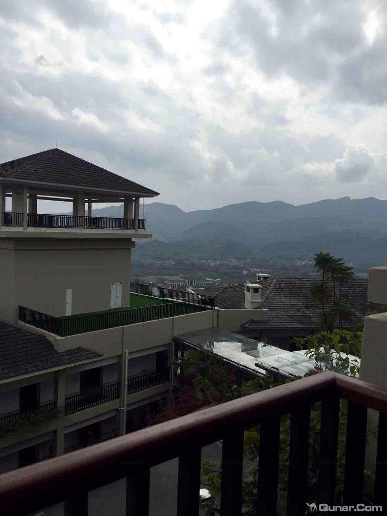 金叶子度假酒店是以高山温泉养生及水疗为主题,并集餐饮、住宿、会议、康体、娱乐等多功能于一体的休闲度假酒店。酒店巍然屹立于山体的半山腰处,融汇了中式和独特的巴厘岛式建筑风格。低密度的建筑规划,为客人提供大量户外活动及休闲空间;开放式落地窗户,让您远眺群峰连绵,近观万亩田园;楼宇之间绿树花草簇拥,溪水长流,美的令人窒息酒店温泉池区拥有36个大小不同的温泉泡池,且位于高山之上,因而得名高山温泉,它是广东省内目前海拔最高的温泉。水源来自深藏的地热温泉,底下水温高达75摄氏度,色泽透明,属极软的弱碱性温泉,富含偏