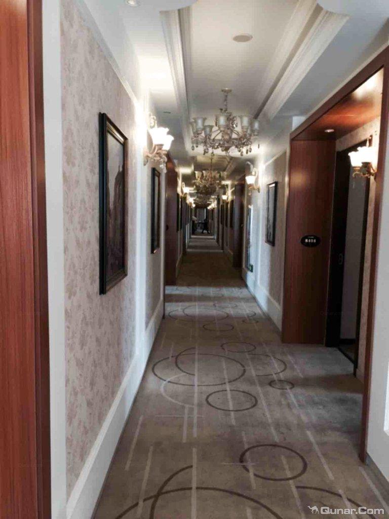 酒店门面不大,设计风格偏欧式,大厅让人感觉富丽堂皇的.