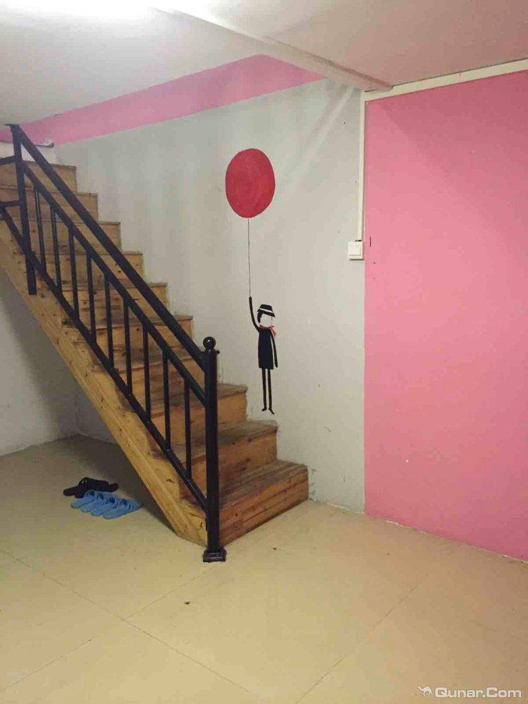 幼儿园楼梯墙壁布置火车