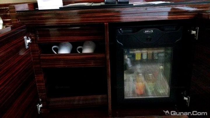 书桌下的垃圾桶,质量不错. 嵌入式的电视机. 电视机下的迷你吧.