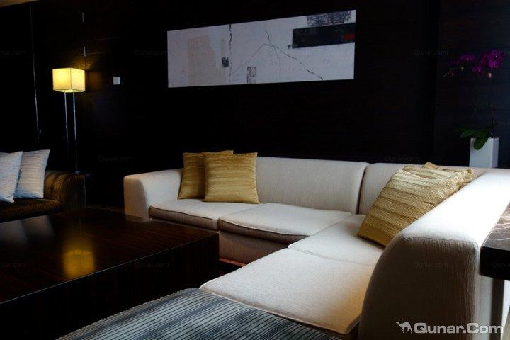 而位于沙发区后面衔接minibar空间的位置