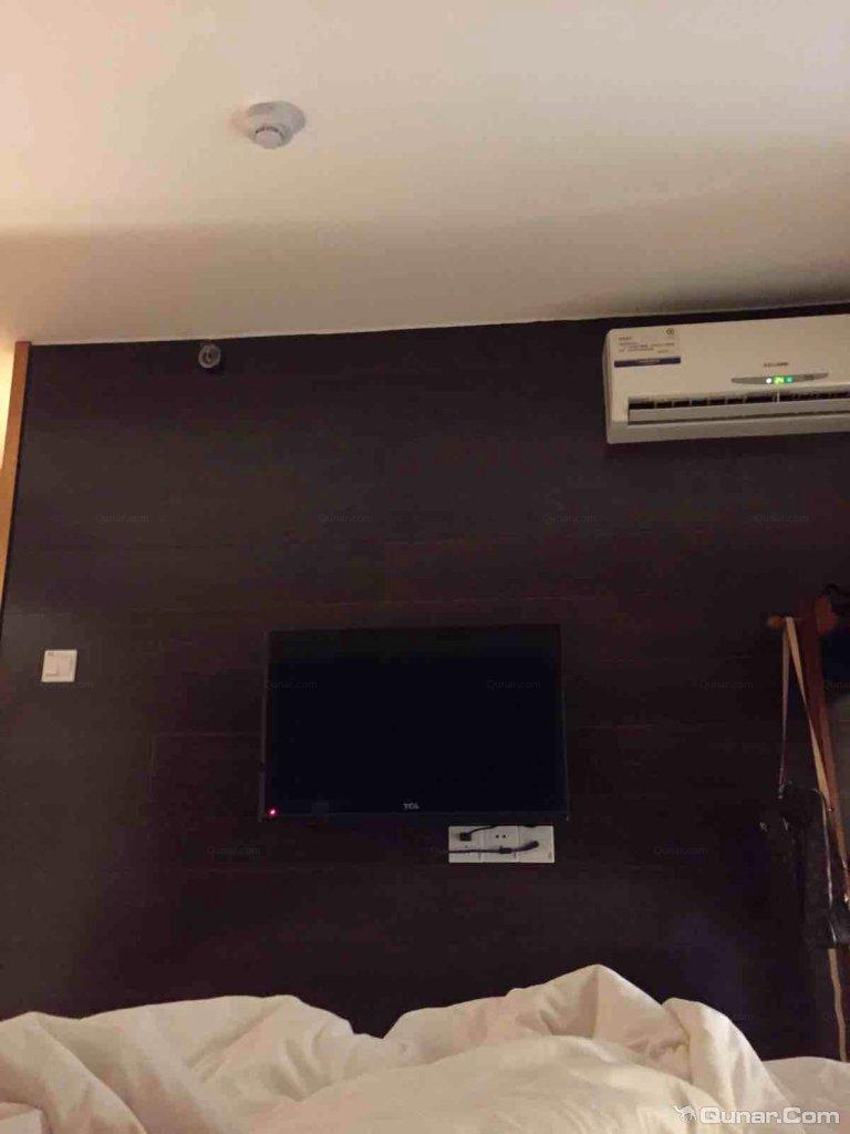 美宿酒店集团下的美宿洲际酒店公寓是芜湖市最大型的酒店之一。酒店是由2幢楼高120米的双子楼组成,是芜湖步行街区域的标志性建筑。由台湾知名设计师设计LOFT复式双层房型,精致洁雅,大气豪华。独有的四层记忆床垫,即便是颈椎不是很好的客人睡上去第二天也不会有疼痛的感觉。由于酒店地处步行街故可观赏大江东去的长江江景景观及晓风残月的镜湖湖景景观双重自然美景。美宿洲际提供给您真正高性价比的全套房客房,另有长租套房会给您意想不到的惊喜,真心欢迎睿智的您来芜湖时选择美宿洲际酒店下塌。