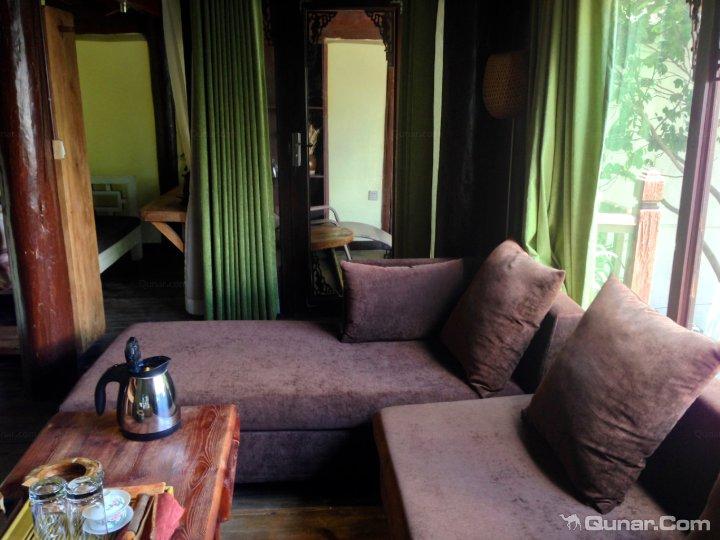 客栈客房床头木头背景墙图片