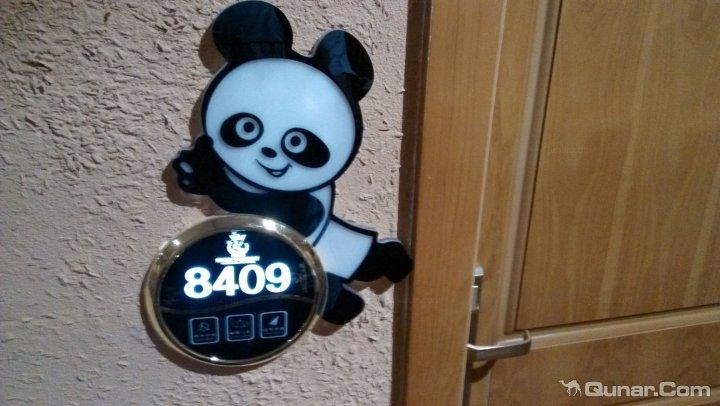 成都熊猫王子酒店连锁------建设路店简介一、分店简介熊猫王子建设路分店隶属于熊猫王子酒店直属管理分店,是继熊猫王子遂宁店、熊猫王子成都火车南站店之后的又一力作,酒店定位于熊猫王子系列品牌之熊猫王子青年客栈,酒店以丰富的熊猫文化、属地文化来提升酒店的文化内涵,酒店秉承熊猫王子酒店连锁的您远方的家,这里没有熊猫眼的服务宗旨,为宾客提供品味、享受、超值的酒店服务。经过全新装修的熊猫王子青年客栈建设路分店,拥有客房46间,记忆茶吧一个,酒店服务设施涵盖高品质的睡眠系统、免费高速宽带wifi、冷暖空调、24H