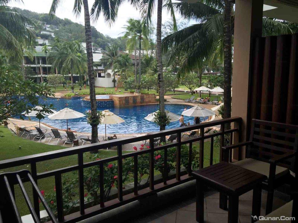 酒店位于卡塔海滩沿岸,设有一流的SPA中心和网球场。酒店宽敞的客房设有俯瞰园景的私人阳台,配有泰国风格的家具和木地板。客人可以在酒店的两个健身中心挥汗,然后到Tew Son SPA中心享受舒适的按摩和理疗。酒店的6个餐饮场所供应国际美食,包括轻松的海滩烧烤和精美的佳肴。酒店还提供24小时客房服务,并举办烹饪课程。酒店距离普吉岛国际机场有1小时车程,距离娱乐场所仅有15分钟步行路程。