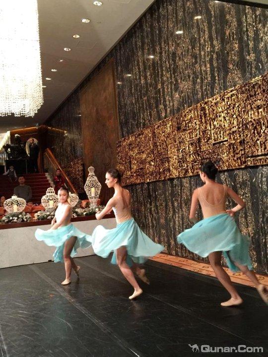 香港文华东方酒店位于中环商业金融中心的黄金地段,是一家历史悠久的奢华酒店。香港文华东方酒店于1963年开业,当时名为文华酒店,多年来与文华东方酒店集团在曼谷的东方酒店一起被誉为亚洲酒店之一。不少名人政要曾在此居住,包括英国女王,英国已故王妃戴安娜,美国前总统尼克松等。此外,酒店委任屡获殊荣的英国设计师TERENCECONRAN爵士负责文华扒房的翻新。为体现一九六三年原设计的精髓,扒房的窗户会重开,让宾客能欣赏皇后像广场和遮打花园的景致。位于25楼的VONG则被Michelin星级大厨PIERREGAGNA