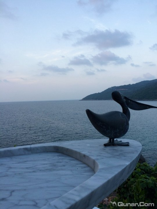 岘港酒店式度假村坐落于知名山茶半岛(Son Tra Peninsula)的群山之间,只需很短的车程即可抵达三处被联合国教科文组织列入世界遗产名录的景点,还设有配备私人泳池的观海别墅。客人们可以在酒店的Citron餐厅品尝其在水上私人餐台上供应的岘港精致美食。可以在设计精美而且俯瞰白色沙滩的套房中休息,也可以在我们提供全方位服务的水疗馆放松身心,或者在我们的海滨酒店啜饮招牌鸡尾酒。