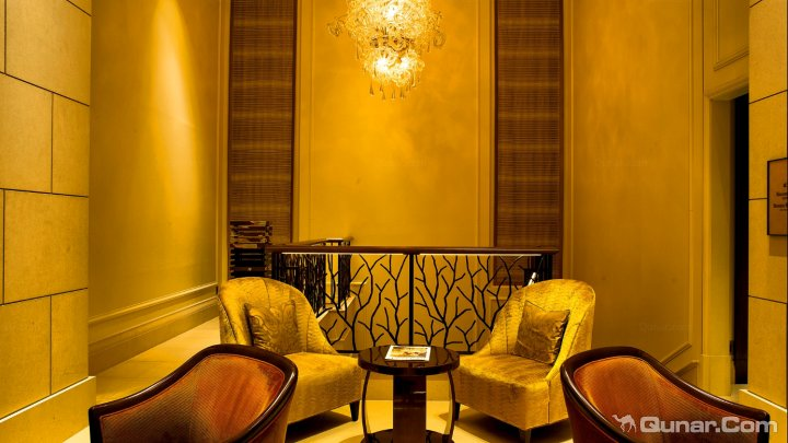 独立的书写区与转角沙发一起在客房的底端与无敌城市风景线仅一窗之隔