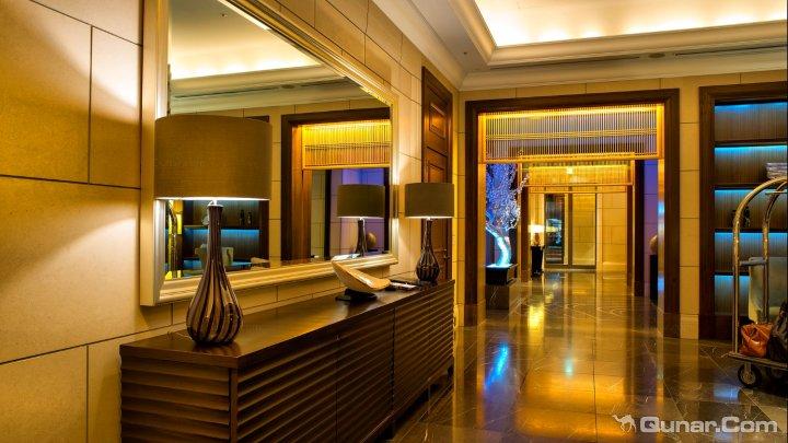 酒店前台可以提供观光行程安排、晚餐预订、各种活动的票务服务以及更多其他的服务。此外,酒店还设有一个商务中心以及一间带哑铃、健身车和跑步机的健身室。La Veduta餐厅要求客人身着夹克前来,以便营造出与其豪华温馨装潢、12楼的天际线美景以及丰盛而精致的意大利美食相融合的独特氛围。享用美食之后,客人还可以前往隔壁的St.